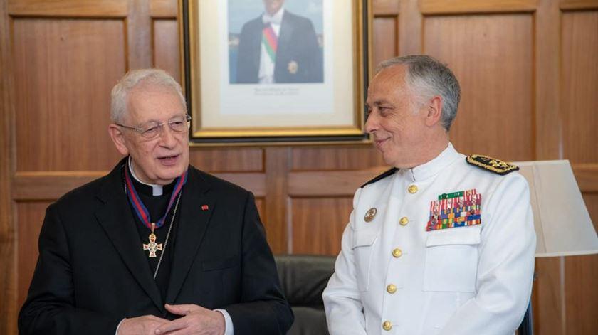 Núncio apostólico Rino Passigato, com o chefe do Estado-Maior General das Forcas Armadas, depois de ser condecorado. Foto: Ana Rodrigues/RR