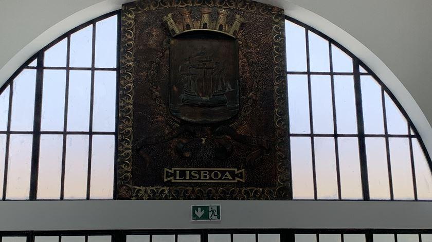 O brasão de Lisboa que em cima a porta de entrada na Estação Sul e Sueste. Foto: Ana Carrilho/ RR