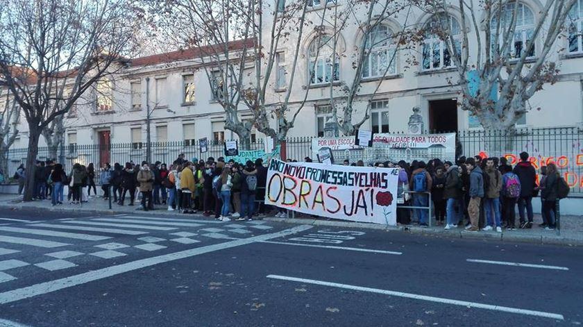 """""""Obras já!"""" Alunos do Liceu Camões promovem marcha lenta"""