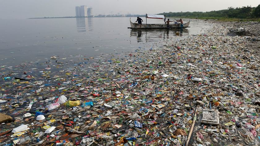 Lixo acumula-se na costa de Manila Bay, Filipinas. Foto: Erik de Castro/Reuters