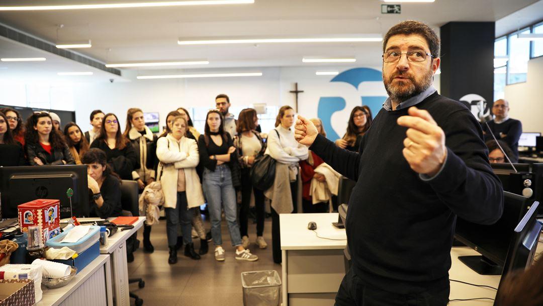 O jornalista Celso Paiva faz a visita guiada à redação da Renascença. Foto: Joana Bourgard/RR