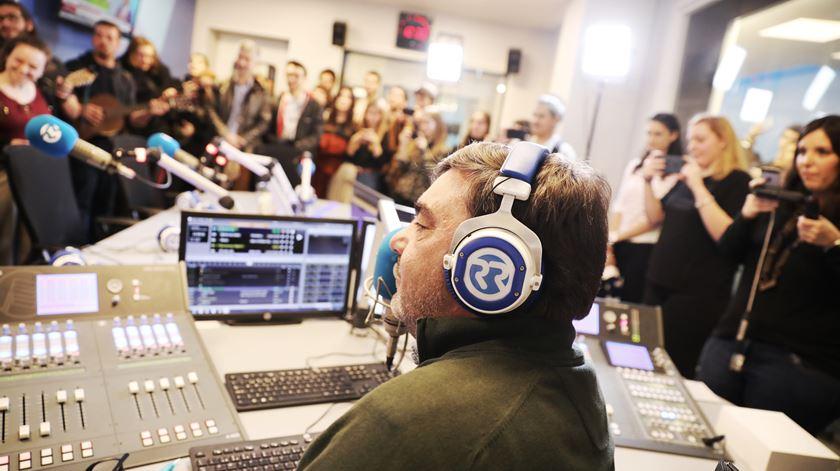 """O locutor Paulino Coelho em estúdio, no """"Open Day"""" da Renascença, dia mundial da rádio, a 13 Fevereir. Foto: Joana Bourgard/RR"""
