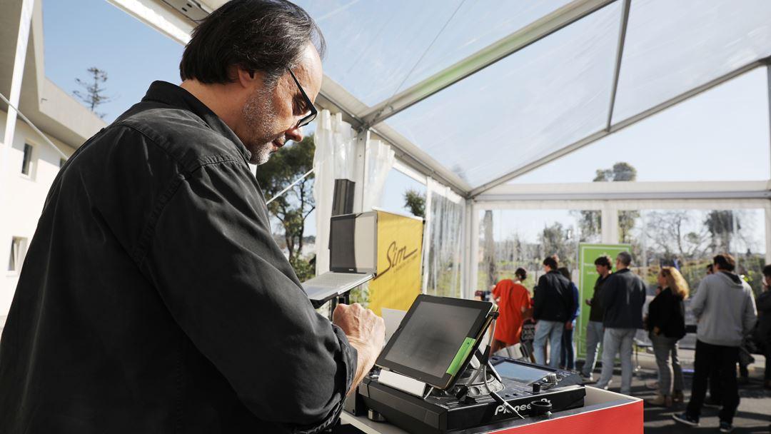 Júlio Heitor recebe os ouvintes nas instalações do Grupo Renascença Multimédia com música. Foto: Joana Bourgard/RR