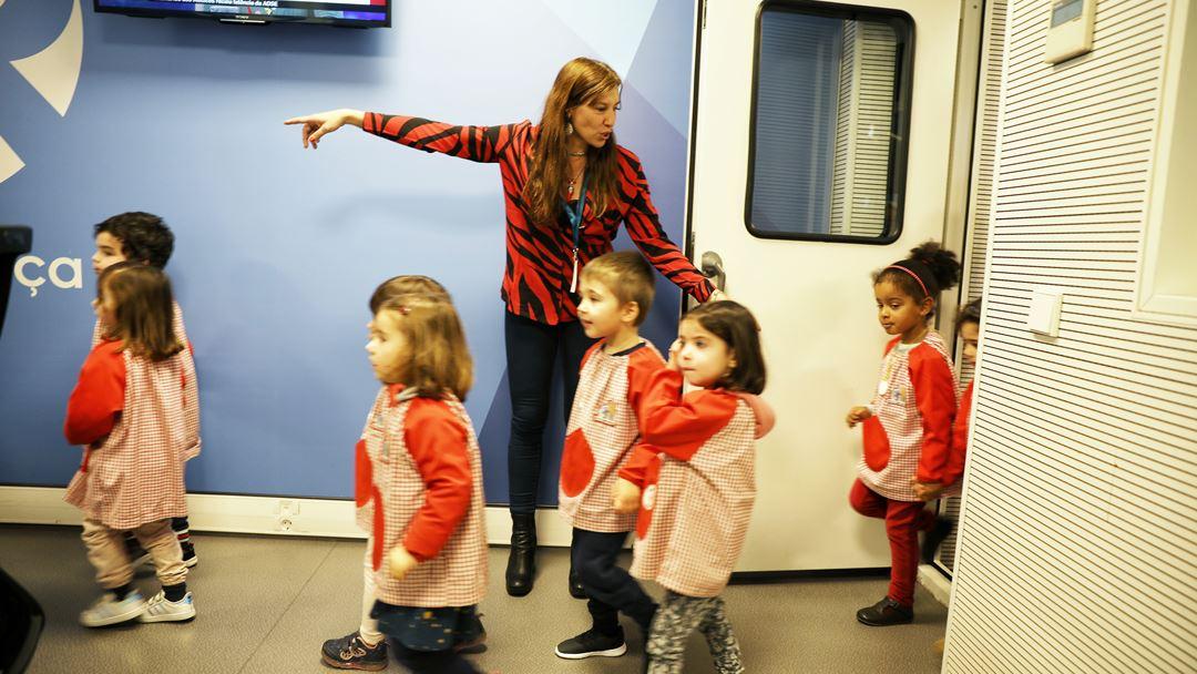 Ana Galvão mostra os estúdios aos mais pequenos. Foto: Joana Bourgard/RR