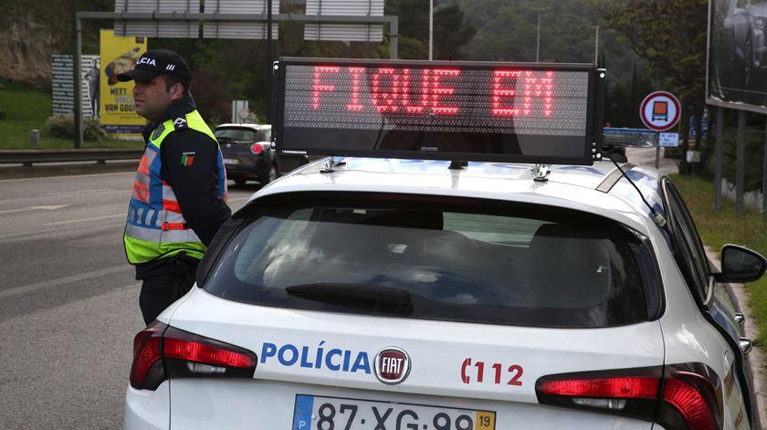 """PSP fiscaliza condutores em estado de emergência. """"Portugueses estão a cumprir"""""""