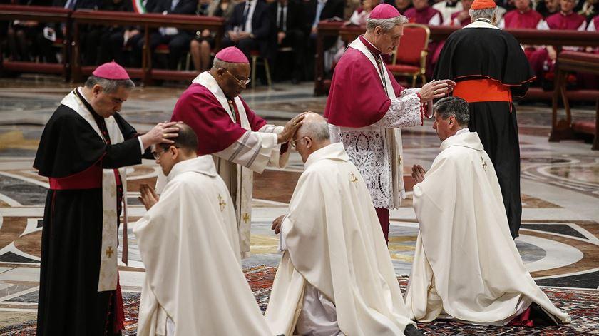 """Francisco pede aos bispos para fugirem """"da tentação de se tornarem príncipes"""""""