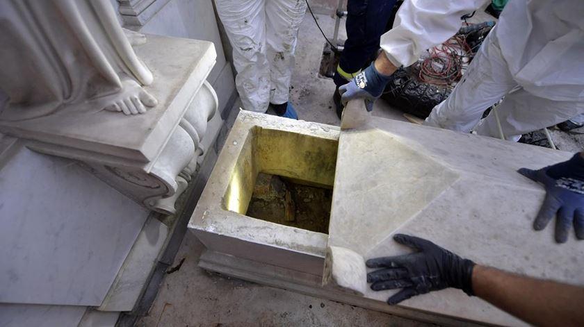 Um dos túmulos abertos no Cemitério Teutónico, no Vaticano. Foto: Vatican Media Handout