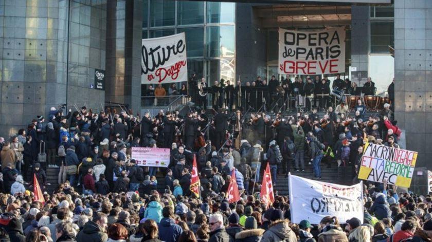 Orquestra da Ópera de Paris dá concerto na rua contra reforma nas pensões