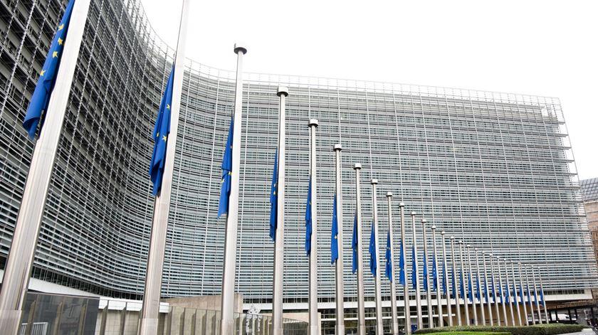 Bandeiras a meia haste em Bruxelas pelas vítimas dos incêndios em Portugal