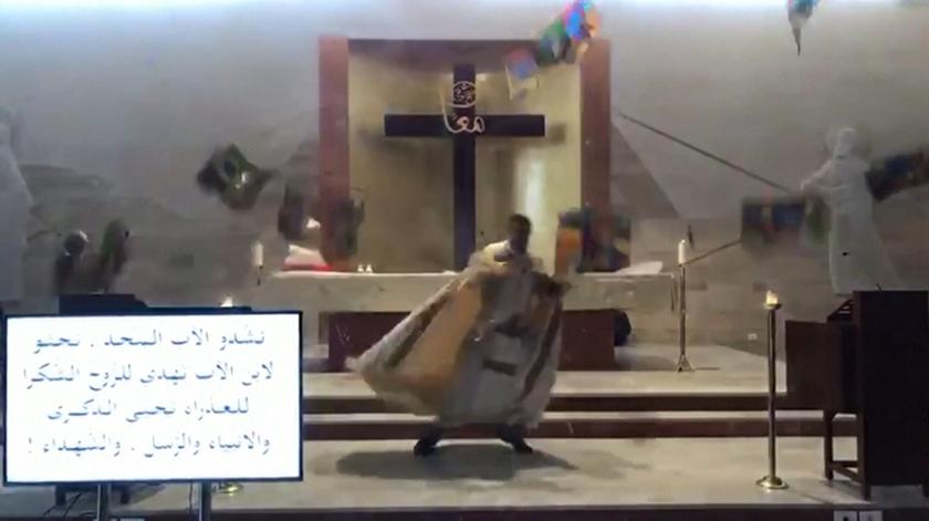 O momento em que explosão interrompe transmissão de missa em Beirute