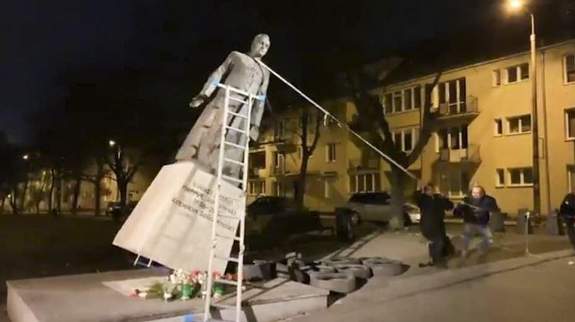 Grupo ativista vandaliza estátua de padre na Polónia