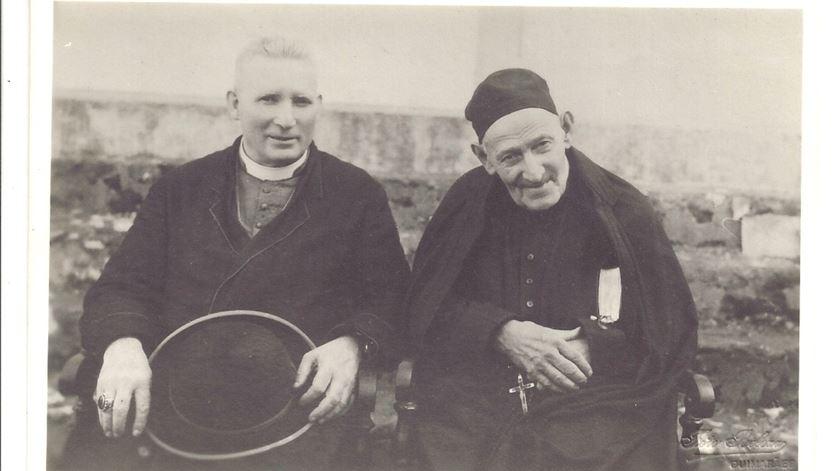 O padre Cruz com o bispo de Angra, em 1942. Foto: Companhia de Jesus