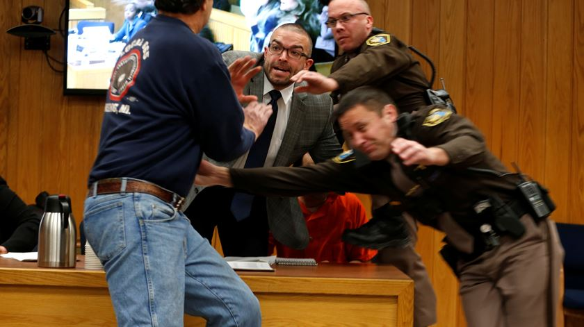 Pai de vítimas tenta agredir Larry Nassar no tribunal
