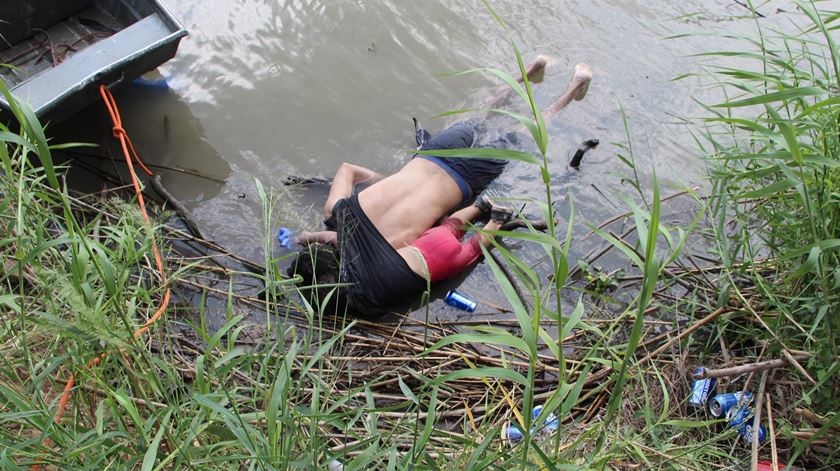 Imagem de pai e filha afogados reacende debate sobre riscos que migrantes enfrentam