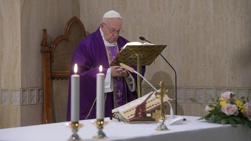 """Papa reza pelos jornalistas, que trabalham """"para que as pessoas não se sintam tão isoladas"""""""