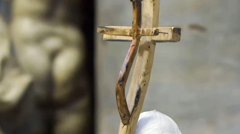 Báculo do Papa Francisco, feito com madeira de barcos naufragados no Mediterrâneo. Foto: RR
