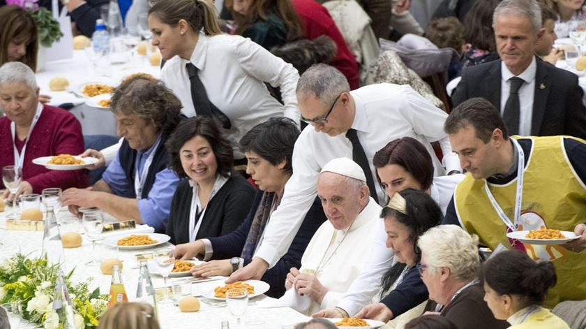 O Papa Francisco a almoçar com pobres por ocasião do último Dia Mundial da Pobreza. Foto: Claudio Peri/EPA