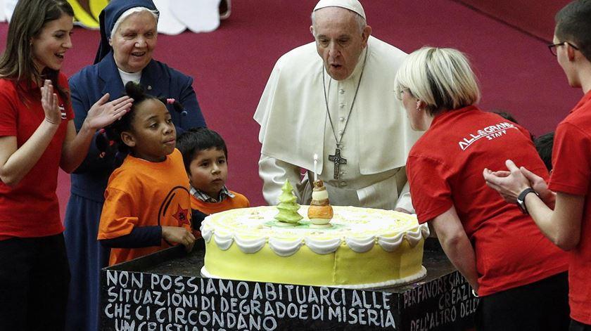 Papa comemora 82º aniversário com crianças doentes