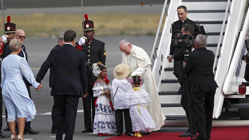 Papa finta protocolo à chegada ao Panamá para saudar multidão