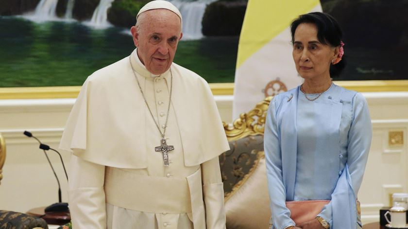 "Papa pede a Aung Suu Kiy que ""cure as feridas"" do Myanmar"