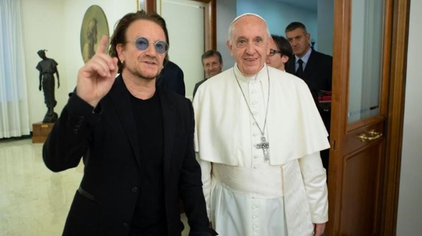 """Bono fala com o Papa sobre abusos sexuais: """"Conseguia ver-se a dor no seu rosto"""""""