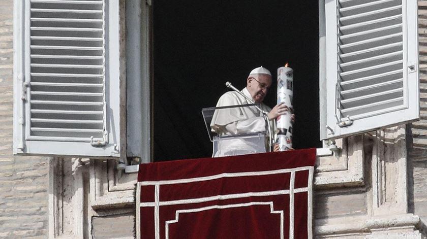 O Papa Francisco acende uma vela pela paz na Síria. Foto: Giuseppe Lami/EPA