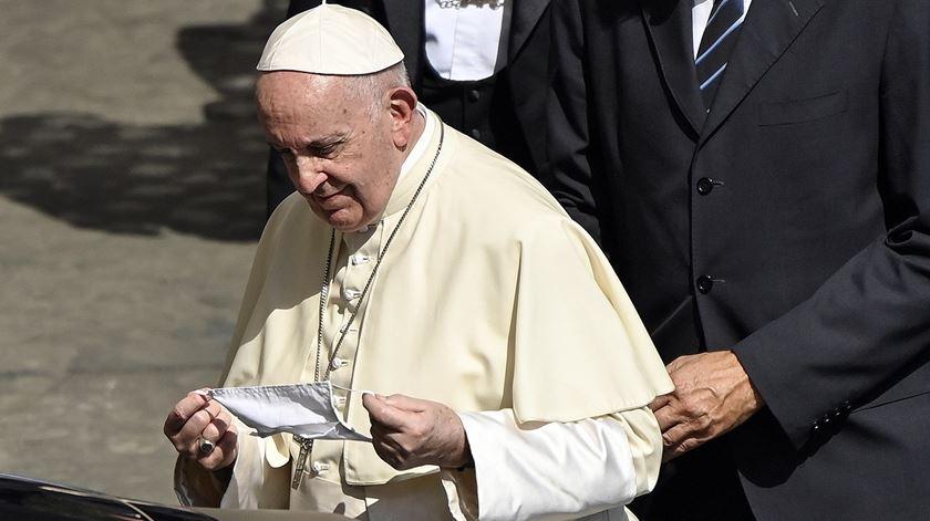 """Papa diz que estamos """"doentes de consumo"""" e apela ao reencontro do """"silêncio"""""""