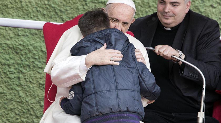 """""""O meu pai está no céu?"""" Papa consola criança orfã"""