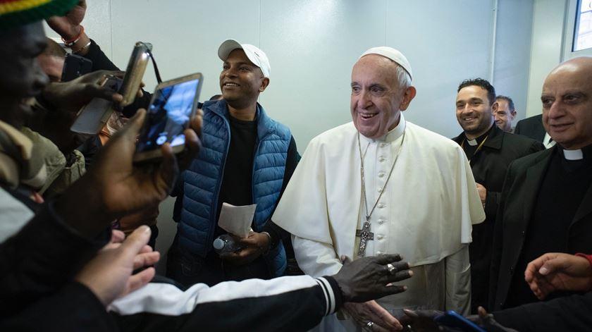Papa faz visita surpresa a posto médico que cuida dos mais pobres