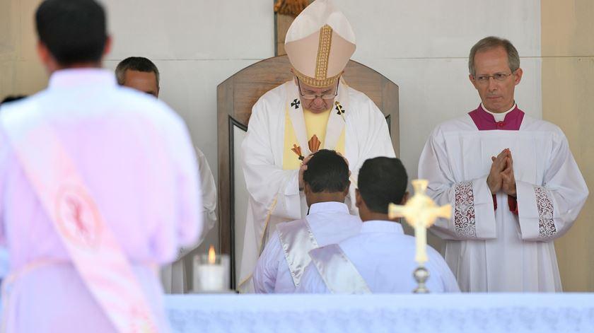 Papa ordena novos padres no Bangladesh. Foto: Ettore Ferrari/EPA