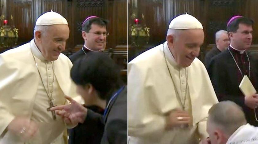 Papa Francisco não deixa que fiéis beijem o anel papal