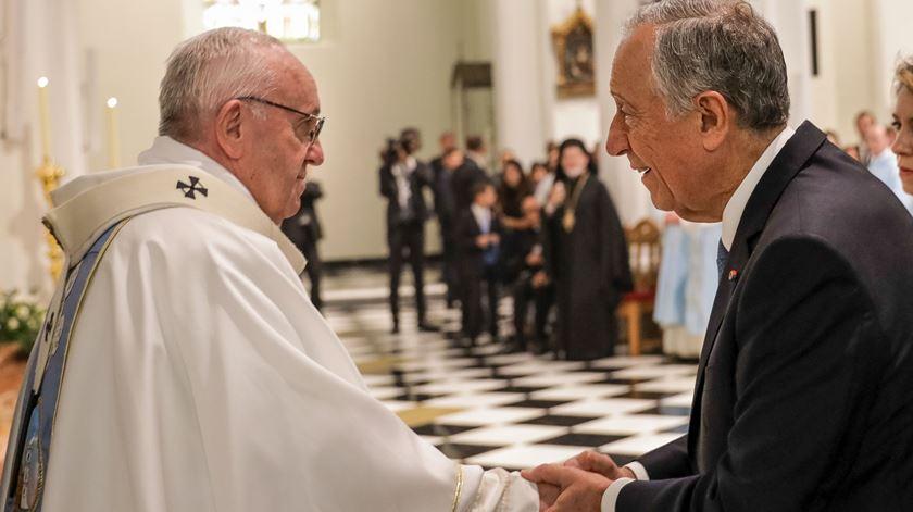 Após consagrar altar, Papa saúda Marcelo no abraço da paz