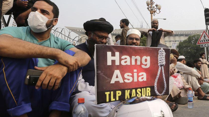 Manifestantes fundamentalistas exigem a execução de Asia Bibi. Foto: Rahat Dar/EPA