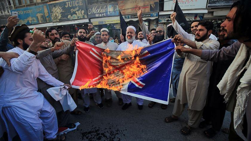 Manifestantes paquistaneses mostram o seu desagrado com França por causa dos cartoons de Maomé. Foto: Arshad Arpad/EPA