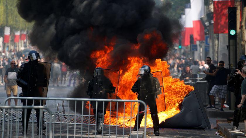 Manifestantes incendiaram casa de banho portátil, durante protesto. Foto: Pascal Rossignol/Reuters