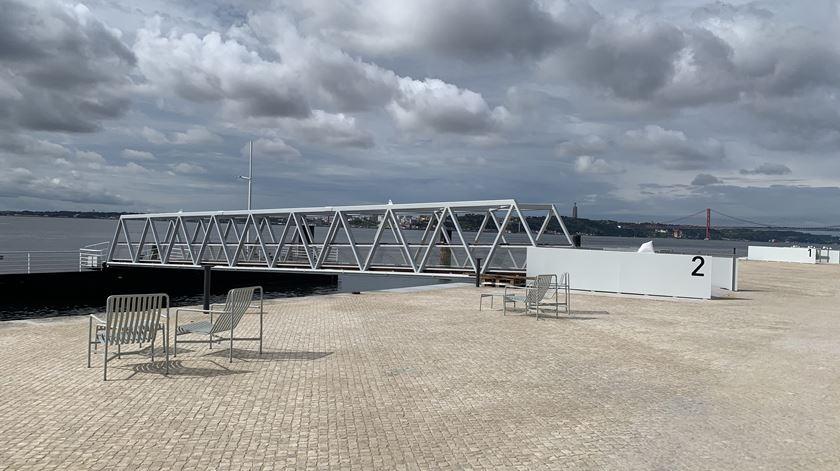 Passadiço de acesso ao pontão, para embarcações de cruzeiros no Tejo. Foto: Ana Carrilho/ RR