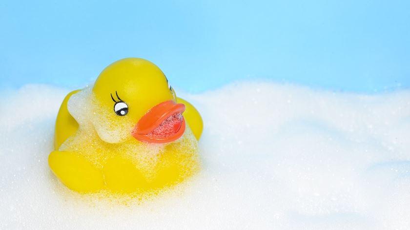 Porque é que devemos evitar o pato de borracha no banho?
