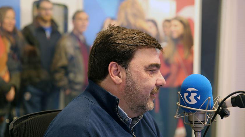Os visitantes atentos ao locutor Paulino Coelho
