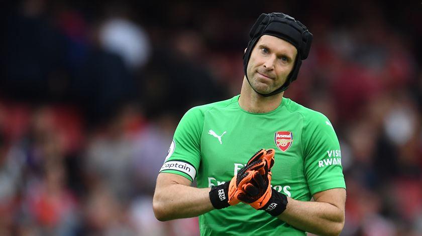 Petr Cech lesionou-se na partida da sétima jornada da Premier League frente ao Watford. Foto: Andy Rain/EPA