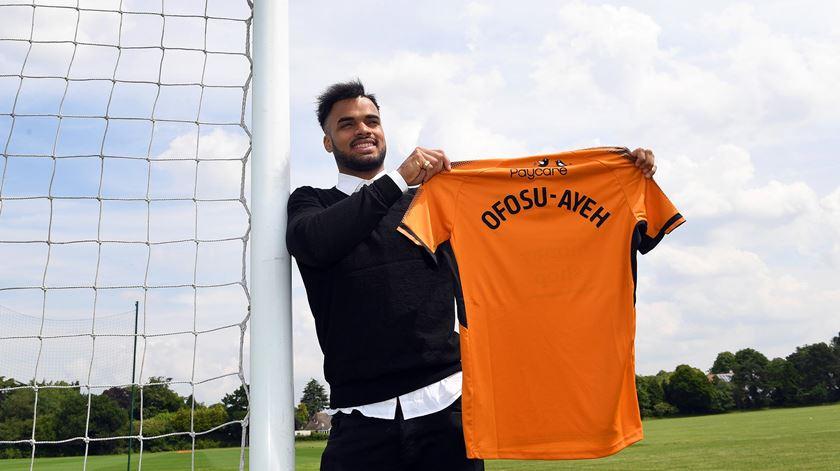 Ofosu-Ayeh já exibiu a camisola do seu novo clube. Foto: Wolves