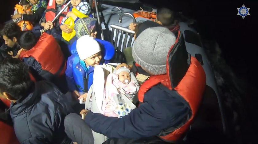 Polícia marítima em missão na Grécia resgata 39 migrantes, 25 são crianças