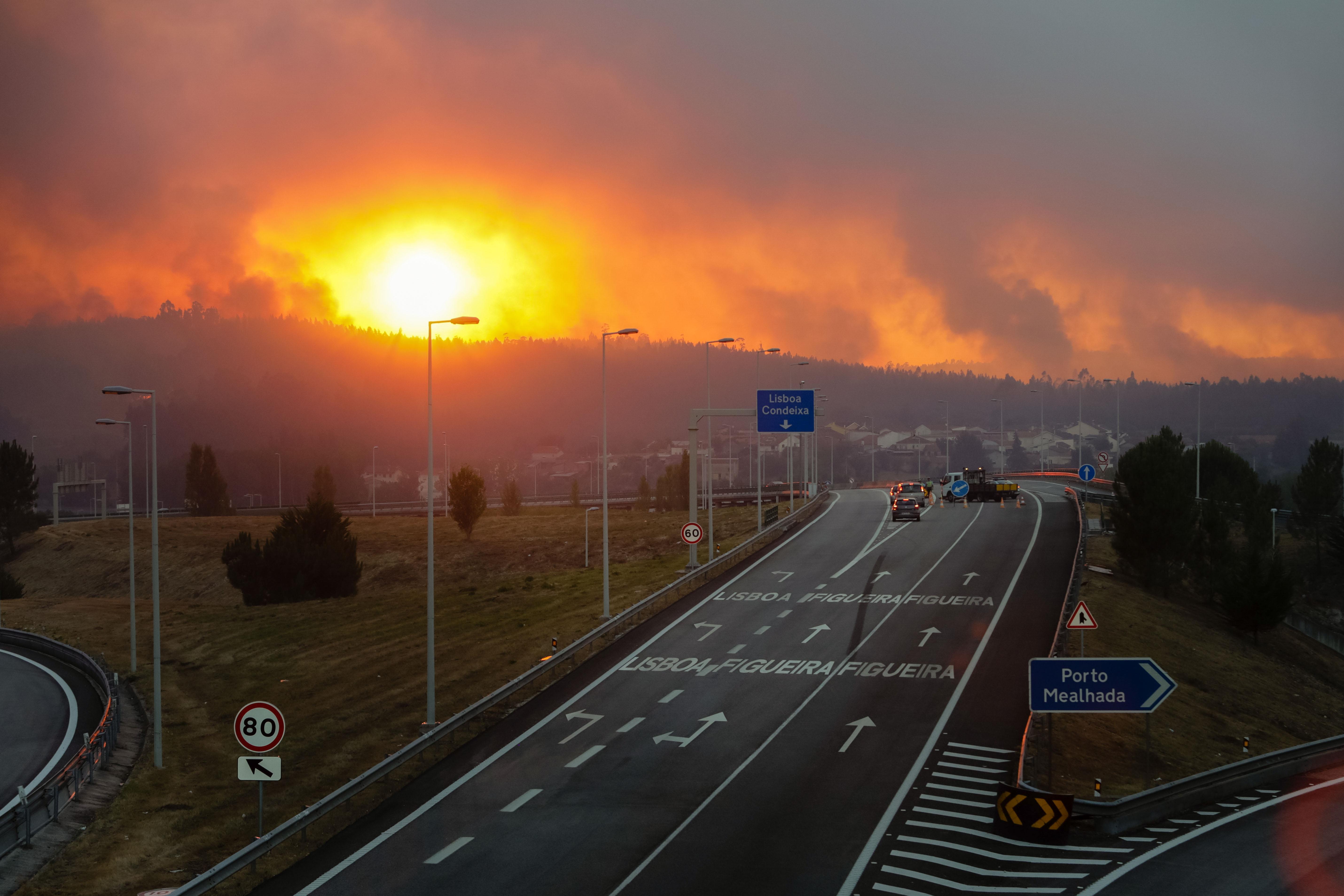 1.900 bombeiros combatem esta noite 15 fogos no centro do país — Incêndios