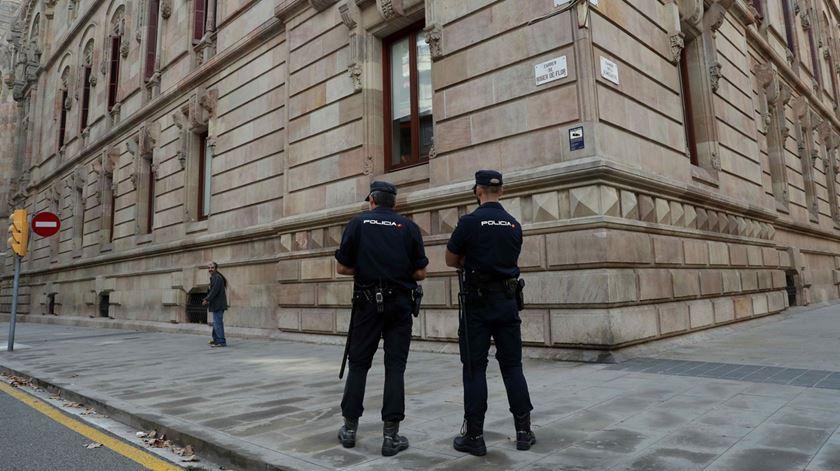 Parlamento catalão rodeado pela polícia espanhola antes do discurso de Puigdemont