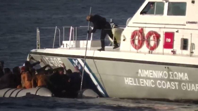 Tiros, lanças e abalroamento. Guarda Costeira grega tenta travar bote com migrantes