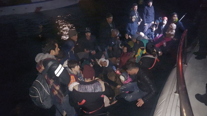 GNR detetou embarcação com 58 migrantes na costa grega