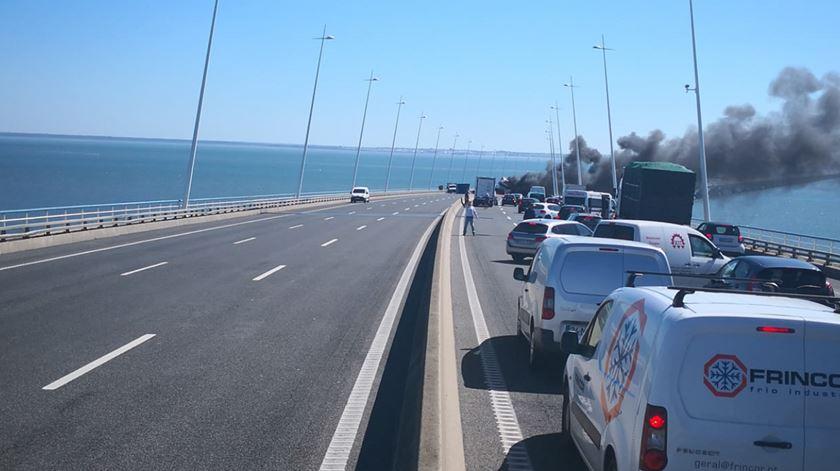 Acessos à ponte Vasco da Gama cortados depois de incêndio de camião