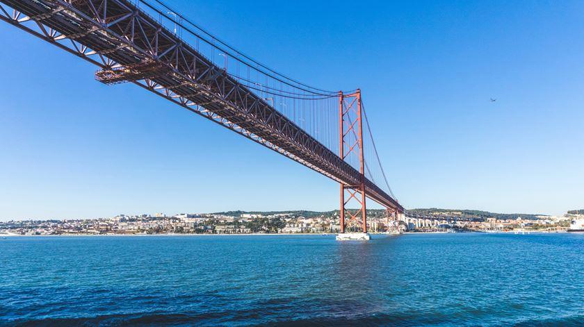 """Ponte 25 de Abril é """"a mais controlada do país e se calhar do mundo inteiro"""", garante Ricardo Carmona. Foto: Hilthart Pedersen/Unsplash"""