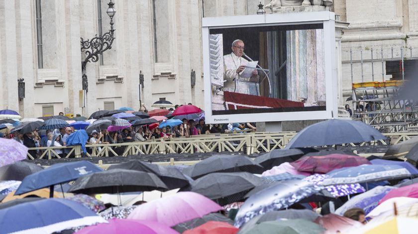 """Papa denuncia """"mão humana"""" nos incêndios e mostra proximidade às populações atingidas"""