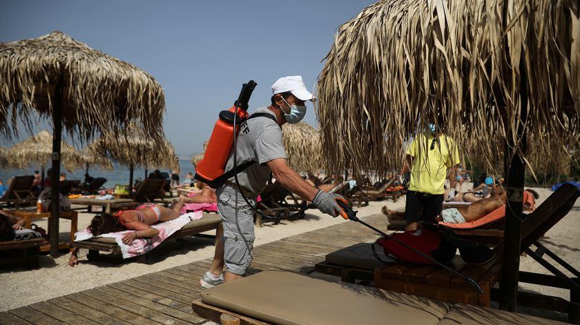 Grécia volta à praia e enche a costa litoral de banhistas