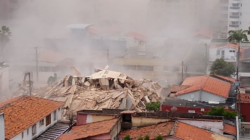 As imagens do momento em que desabou um prédio de sete andares em Fortaleza